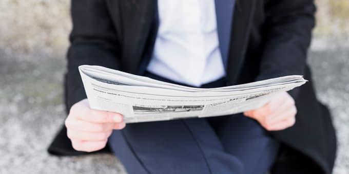 Man leest artikel over klinische studies luizenshampoo - Neem extract